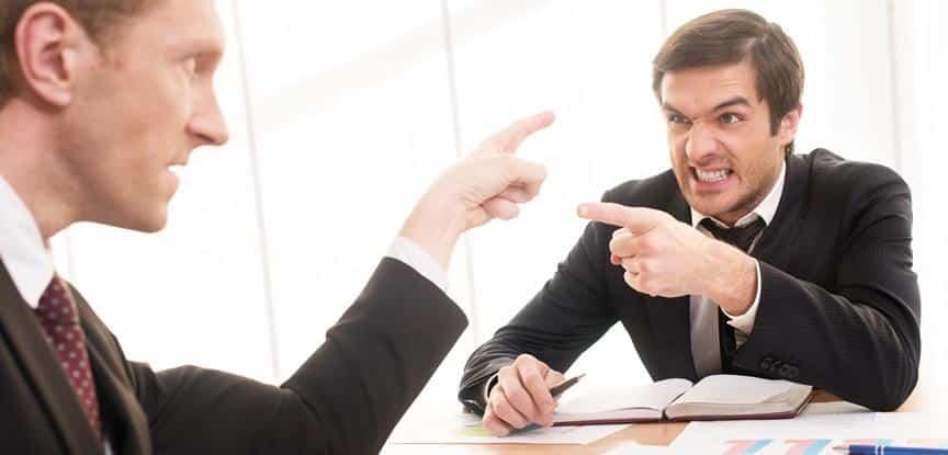 homens brigando dentro da empresa