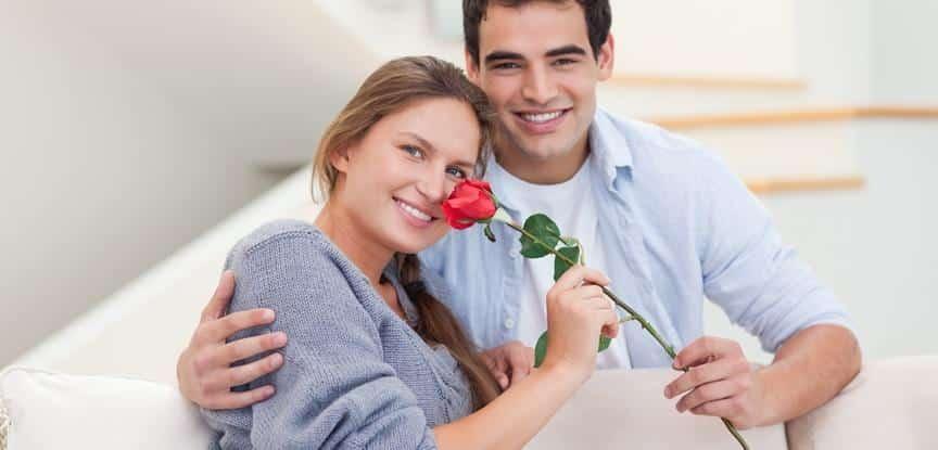 homem dando flor para mulher