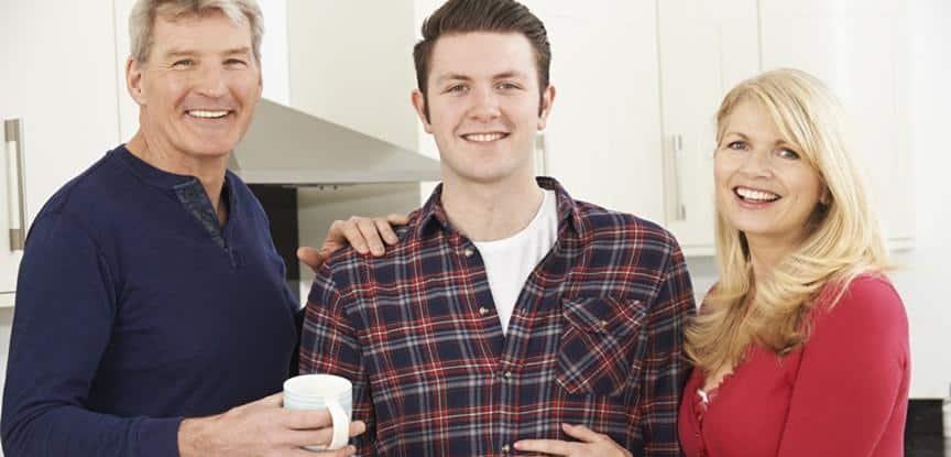 pais com o filho na cozinha