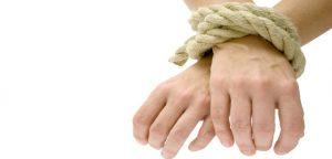 pessoa com as mãos atadas
