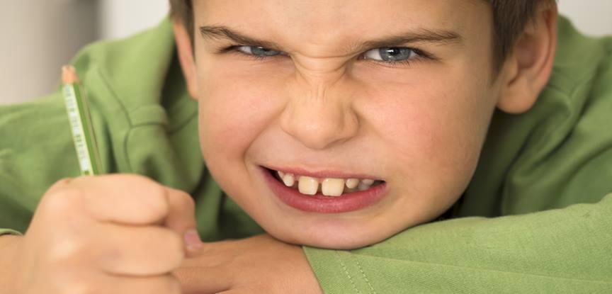 menino bravo com punhos fechados