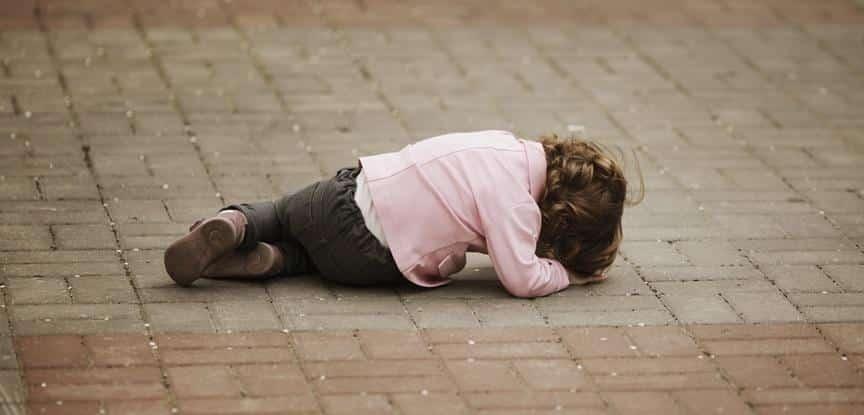 criança deitada no chão