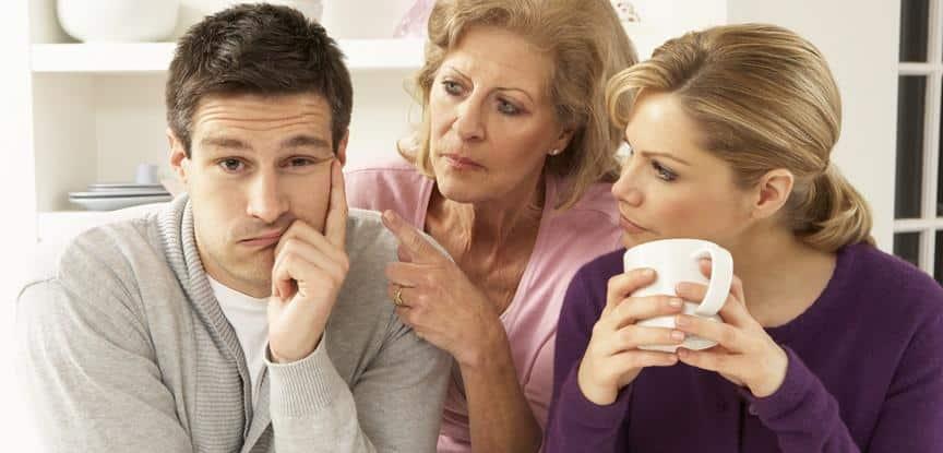 casal tomando café com a mãe