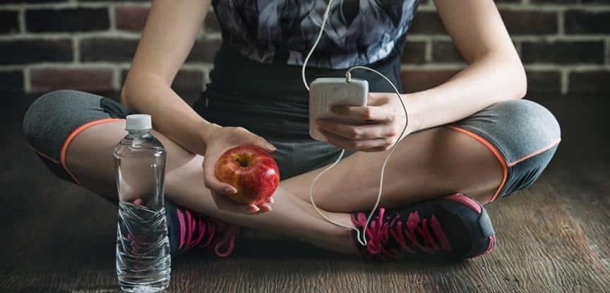 pessoas escutando música e comendo maça