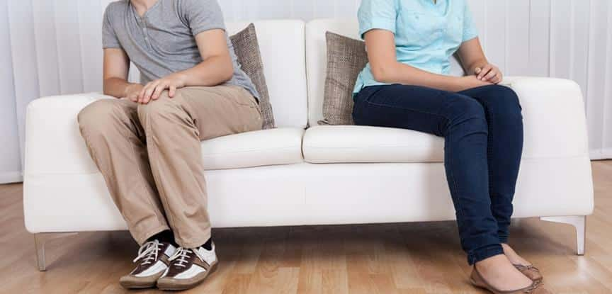 pessoas sentadas no sofá