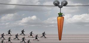pessoas correndo atrás da cenoura