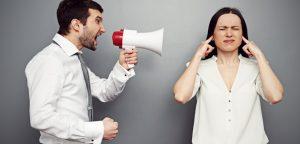 homem falando no megafone com mulher