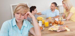 família feliz em volta da mesa do café da manhã excluindo filha