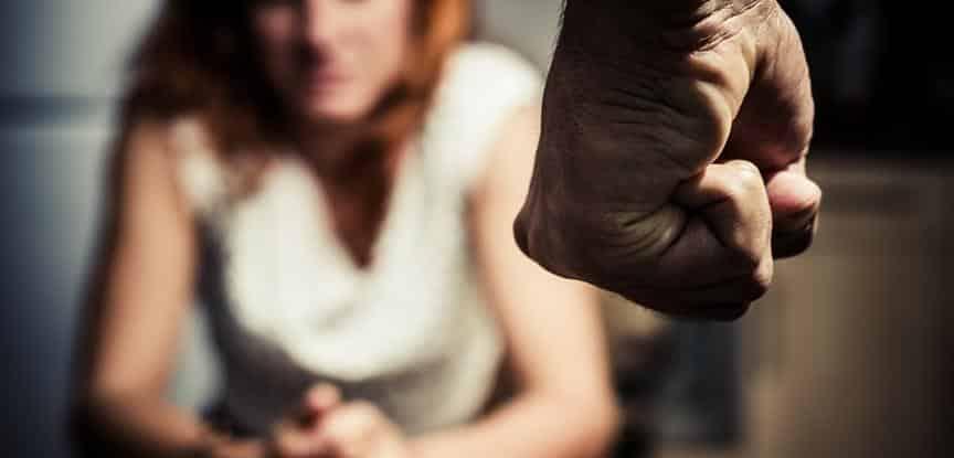 homem de punho fechado olhando para mulher