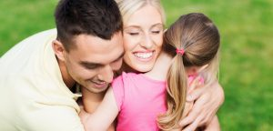 família feliz se abraçando