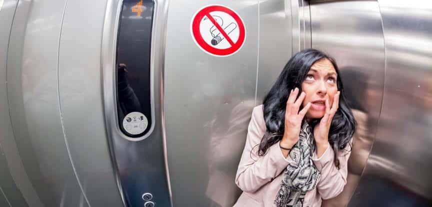 mulher assustada no elevador