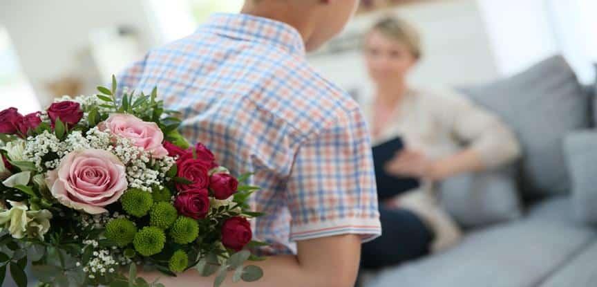 filho entregando flor pra mãe