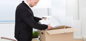 homem colocando seus pertences dentro da caixa