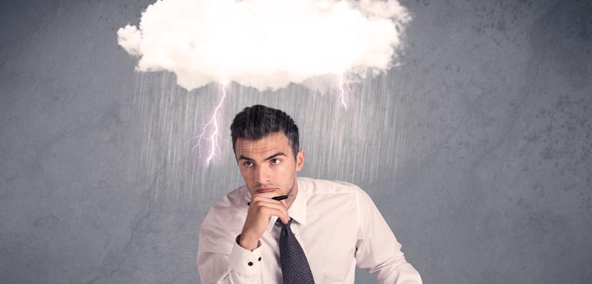 homem engravatado com nuvem na cabeça