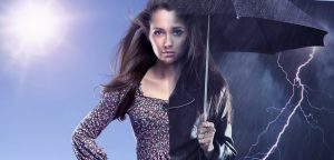 mulher segurando guarda-chuva