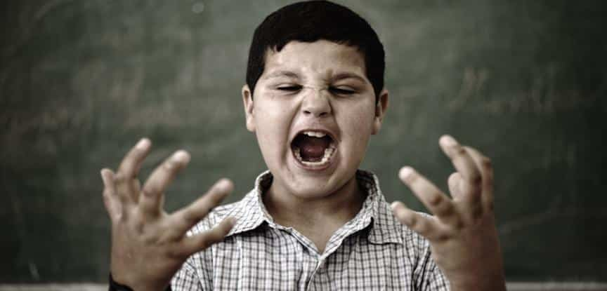 menino com raiva na escola