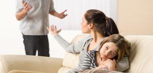 criança vendo pais brigando