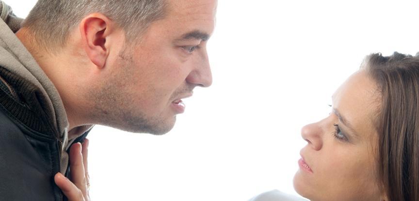 homem brigando com mulher