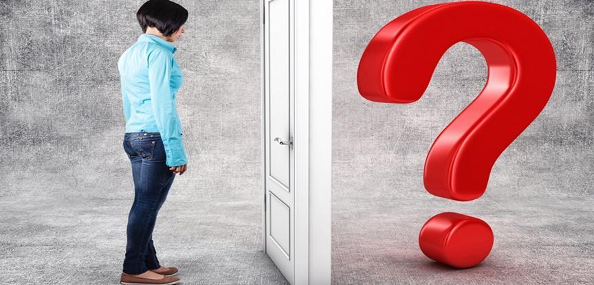 mulher em frente a porta e ponto de interrogação