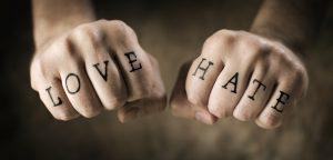 mãos fechadas com tatuagem