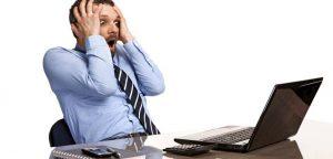 homem ansioso em frente ao computador