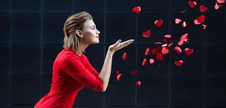 mulher olhando papeis de coração