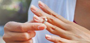 mulher tirando anel do dedo