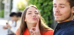 homem rejeitando beijo da mulher