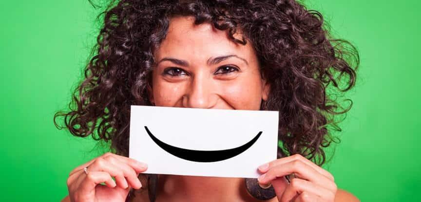 mulher segurando papel com sorriso