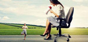 mulher no mega fone gritando para imagem dela mesmo fazendo ioga