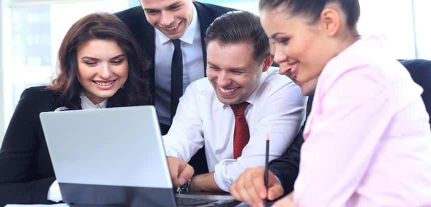 pessoas rindo olhando computador