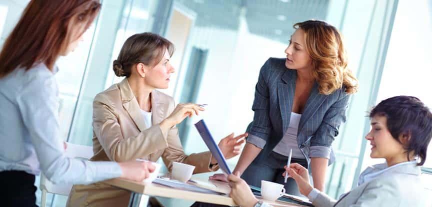pessoas conversando durante reunião