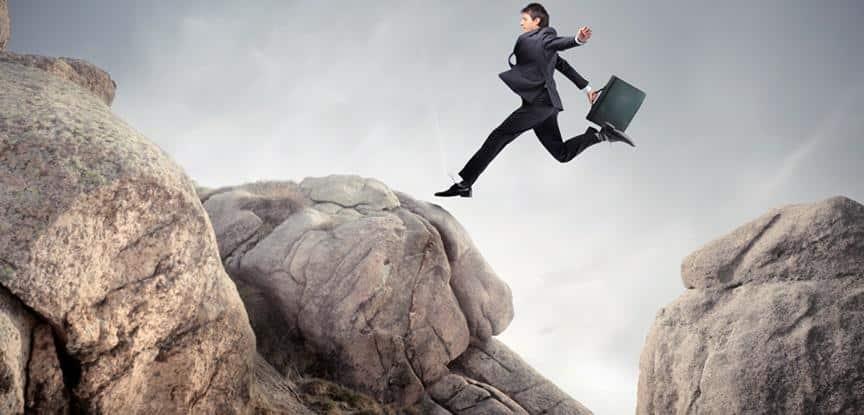 foto de homem pulando montanhas
