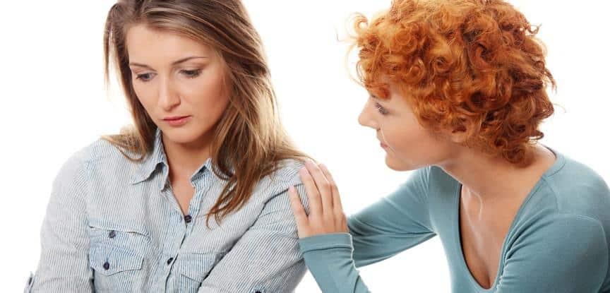 mulher consolando amiga triste
