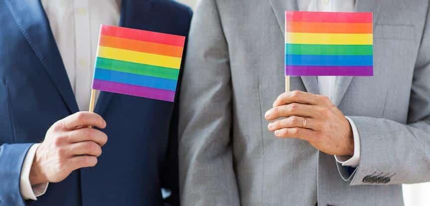 homens segurando bandeiras coloridas