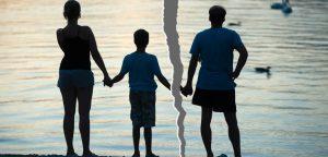 foto rasgada com imagem dos pais e filho