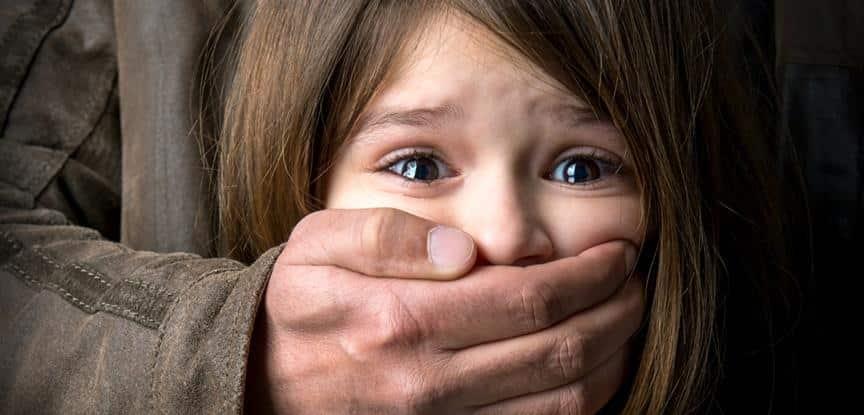 homem tampando a boca de uma criança