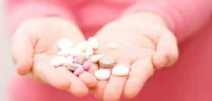 foto de criança com as mãos cheias de remédios