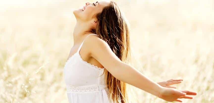 foto de mulher sorrindo de braços abertos