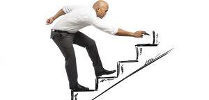 foto de homem desenhando escada