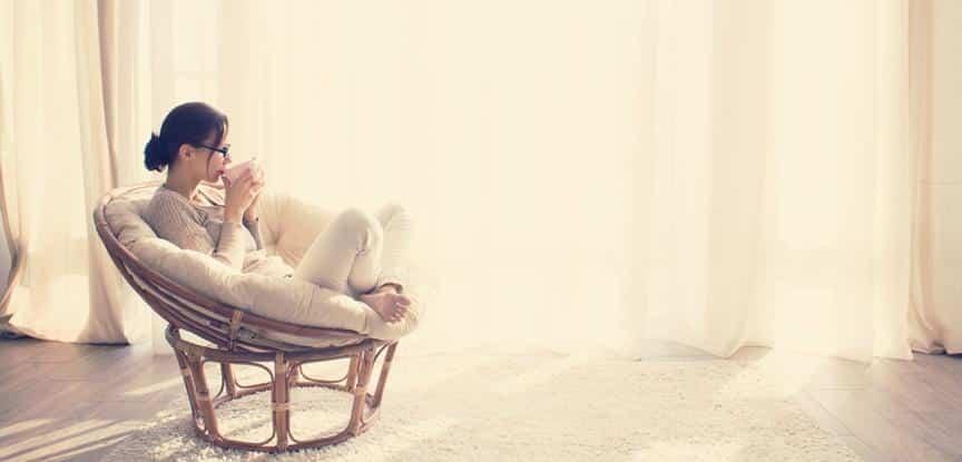 foto de mulher sentada na cadeira