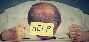 foto de homem com post it colado na cabeça