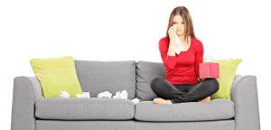 foto de mulher chorando no sofá