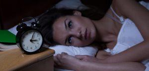 foto de mulher acordada olhando relógio