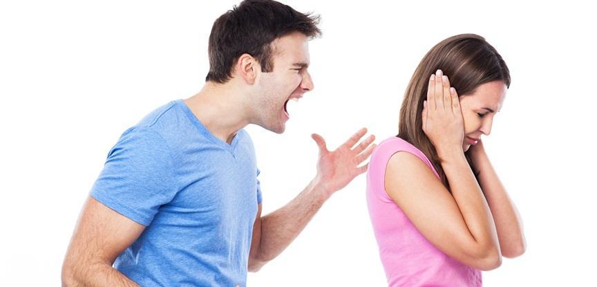 foto de homem gritando com mulher