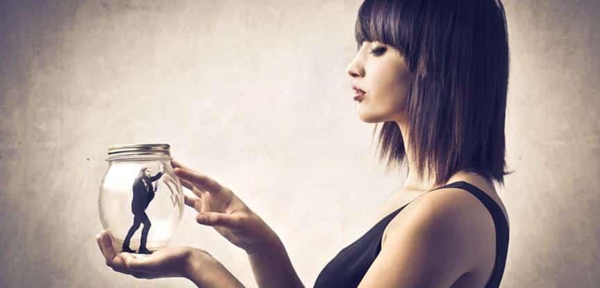foto de mulher olhando homem dentro de uma garrafa