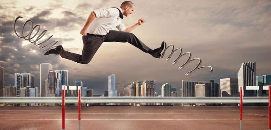 foto de homem pulando obstáculos com mola no pé