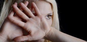 foto de mulher com a mão no rosto