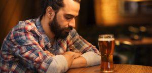 foto de homem bebendo sozinho
