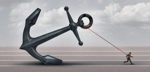 foto de homem puxando âncora